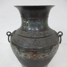 Antigüedades: CURIOSO JARRÓN CHINO - BRONCE CINCELADO Y ESMALTADO - MOTIVOS ORIENTALES - SELLO EN LA BASE. Lote 160001054