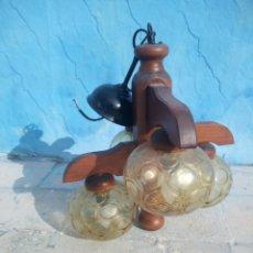 Antigüedades: ANTIGUA LAMPARA DE TECHO DE MADERA Y 4 TULIPAS DE CRISTAL COLOR CARAMELO.. Lote 160025434