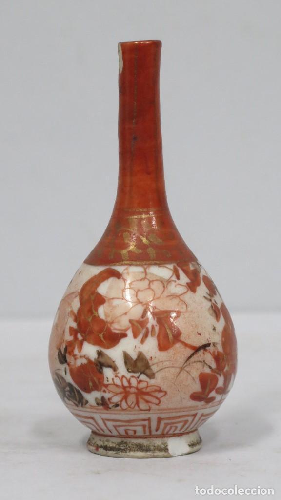 PEQUEÑO JARRON DE PORCELANA. JAPON. SIGLO XIX. MARCA EN LA BASE (Antigüedades - Porcelana y Cerámica - Japón)