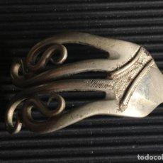 Antigüedades: MUY ORIGINAL HORQUILLA SUJETA CABELLO, REALIZADA CON UN TENEDOR, DE PLATA?. Lote 160085366