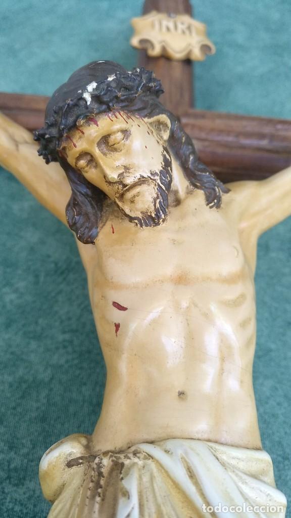 ANTIGUO CRUCIFIJO DE MADERA Y YESO O ESCAYOLA (Antigüedades - Religiosas - Crucifijos Antiguos)