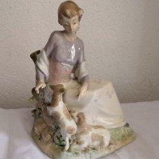 Antigüedades: FIGURA PORCELANA - CHICA CON PERROS FIRMADA EN LA BASE NADAL MADE IN SPAIN. Lote 160147626