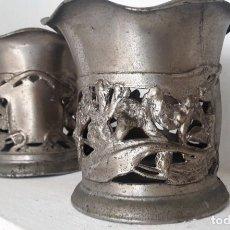 Antigüedades: PAREJA DE VASOS ANTIGUOS DE ACERO FUNDIDO. Lote 160034490