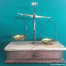 Antigüedades: ANTIGUA BALANZA DE FARMACIA CON PESAS. Lote 160262000