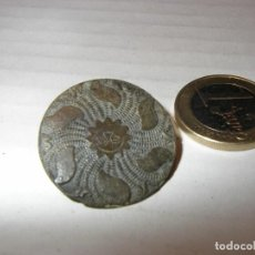 Antigüedades: BOTÓN MEDIEVAL, DIBUJO DE SOL RADIANTE, 2,8 CM, BRONCE, MUY BIEN CONSERVADO.. Lote 160287834