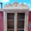 Antigüedades: ANTIGUA PEQUEÑA VITRINA, ARMARIO DE MADERA, CON COPETE, DOS PUERTAS. LIMPIO, EN MADERA NATURAL. Lote 160289646