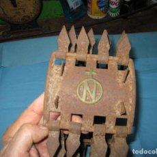 Antigüedades: IMPRESIONANTE CARLANCA PARA MASTINES CON EMBLEMA DE LA GANADERIA EN METAL, CREO NUNCA USADA. Lote 160325022