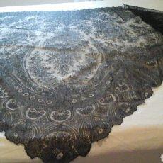 Antigüedades: MANTILLA TRIANGULAR DE ENCAJE DE CAMBRAILS. Lote 160340516