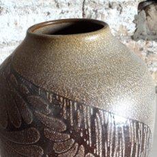 Antigüedades: IMPRESIONANTE JARRÓN EN CERÁMICA FIRMADO J.SERRA . FAMOSA NISAGA DE CERAMISTAS. AÑOS 70. Lote 160359146
