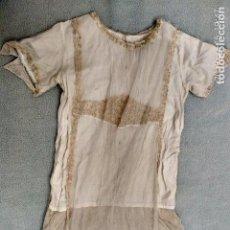 Antigüedades: ANTIGUO VESTIDO DE TUL Y CORDONCILLO CON FORRO DE SEDA. Lote 160379166