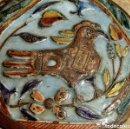 Antigüedades: ANTIGUA Y EXTRAÑA POLVERA - ESMALTE - GALLO MITOLOGÍA - CINCELADO - COBRE - MARCA - RARO - COLECCIÓN. Lote 160402134