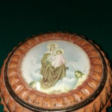 Antigüedades: ANTIGUA CAJA DE MADERA TALLADA CON LA VIRGEN DEL CARMEN. Lote 160427026