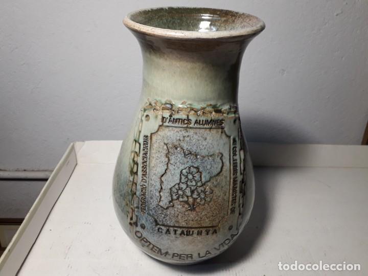 JARRÓN DE CERAMICA J (Antigüedades - Porcelanas y Cerámicas - Otras)