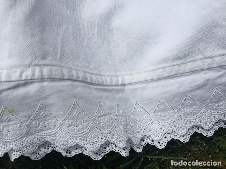 Antigüedades: Precioso vestido de bautizo o cristianar, en algodon franelado en su interior y con puntilla calada - Foto 5 - 160558518