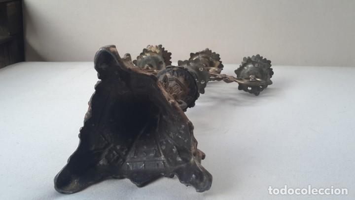 Antigüedades: Antiguo candelabro de bronce, 37 cm - Foto 6 - 160590002