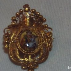 Antigüedades: RELICARIO BROCHE CON ESMALTE EN PLATA DORADA SIGLO XVIII-XIX. Lote 160591866