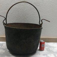 Antigüedades: ANTIGUO CALDERO MARMITA OLLA DE COBRE DE 46 CM DE DIÁMETRO. INCLUYE EL COLGADOR.. Lote 160618625
