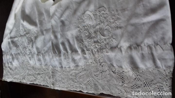 Antiquitäten: ANTIGUA FUNDA DE ALMOHADA DE HILO BORDADA A MANO CON INICIALES Y ENCAJE DE BOLILLOS. - Foto 7 - 160620174