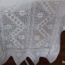 Antigüedades: ANTIGUA COLCHA DE CROCHET HECHA A MANO PARA CUNA.. Lote 160622854