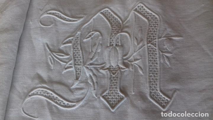 Antigüedades: MUY ANTIGUA Y BONITA SABANA DE HILO PURO CON INICIALES BORDADAS A MANO, VAINICA Y CROCHET. - Foto 3 - 160623638