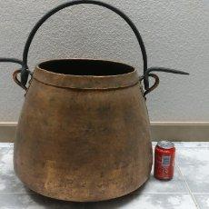 Antigüedades: ANTIGUO CALDERO OLLA MARMITA DE COBRE DE 30 CM DE DIÁMETRO. INCLUYE EL COLGADOR.. Lote 160624437