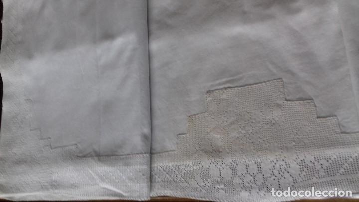Antigüedades: ANTIGUA SABANA CON INICIALES BORDAS A MANO Y ENCAJE DE CROCHET HECHO A MANO CON HILO MUY FINO. - Foto 6 - 160630422