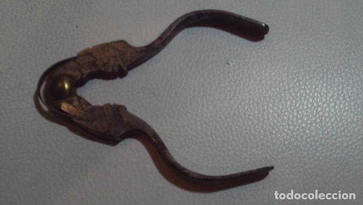 Antigüedades: antiguo cascapiñones siglo xviii-xix en bronce trabajado - Foto 3 - 160631222