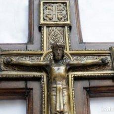 Antigüedades: ANTIGUO CRUCIFIJO DE PARED, MADERA Y BRONCE. Lote 160634394