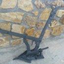 Antigüedades: ANTIGUO ARADO RESTAURADO REMACHADO DE FORJA PUÑO MADERA DE OLIVO PALA LABRAR EL CAMPO CON BURRO MULO. Lote 160639670