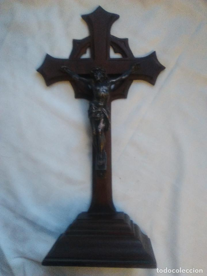 ANTIGUA CRUZ DE MADERA PARA COLGAR O PIE, CON CRISTO EN METAL (Antigüedades - Religiosas - Crucifijos Antiguos)