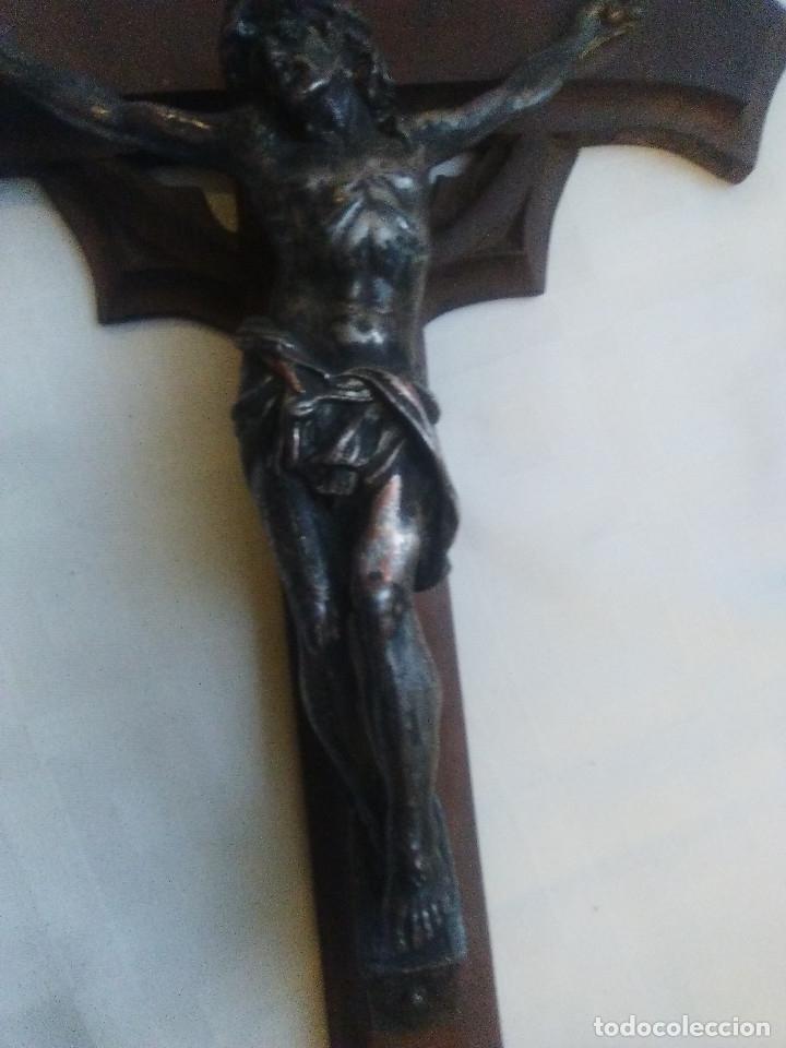 Antigüedades: ANTIGUA CRUZ DE MADERA PARA COLGAR O PIE, CON CRISTO EN METAL - Foto 4 - 160662586