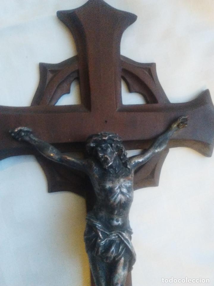 Antigüedades: ANTIGUA CRUZ DE MADERA PARA COLGAR O PIE, CON CRISTO EN METAL - Foto 3 - 160662586