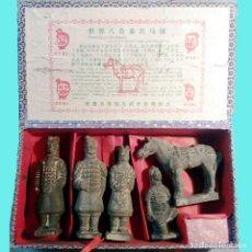 Antigüedades: DISNASTIA QIN BONITAS REPRODUCCONES EN TERRACOTA DE 4 GUERREROS 1 CABALLO MADE IN CHINA UX. Lote 160687886