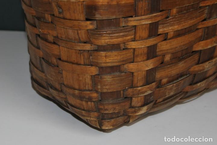 Antigüedades: ANTIGUA CESTA DE MADERA TRENZADA- ASAS DE CUERDA - CESTO - Foto 9 - 160792370