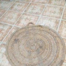 Antigüedades: ANTIGUA ESTERA O CAPACHO CON ASAS, ESPARTO,HECHO ARTESANALMENTE, SIGLO PASADO. ERA PARA TRANSPORTE.. Lote 160820602