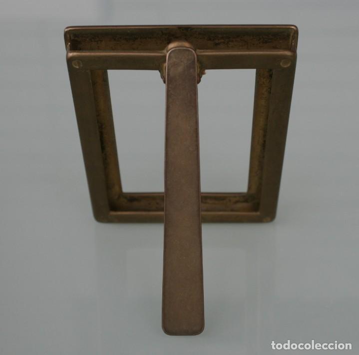 Antigüedades: ANTIGUO PORTAFOTOS MARCO DE BRONCE CON RELIEVES DE SOBREMESA PARA FOTOGRAFIA, FOTO… - Foto 2 - 160846350