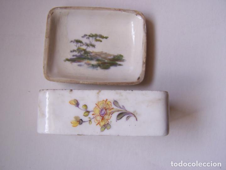 Antigüedades: Cajita de tabaco o rape. Porcelana de Frankenthal Alemania 1870 Dimensiones: 7 cm. x 5 cm. x 3 cm. - Foto 3 - 160852626