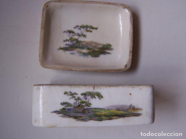 Antigüedades: Cajita de tabaco o rape. Porcelana de Frankenthal Alemania 1870 Dimensiones: 7 cm. x 5 cm. x 3 cm. - Foto 4 - 160852626