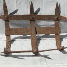Antigüedades: ANTIGUO TEDERO PORTAVELAS DE HIERRO.. Lote 160854782