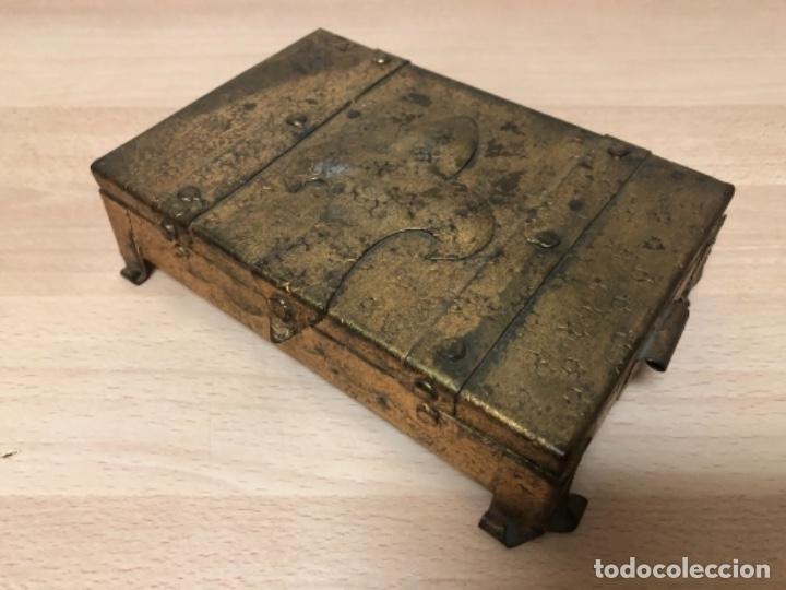 ANTIGÜO JOYERO EN METAL REPUJADO Y POLICROMADO EN PAN DE ORO . (Antigüedades - Hogar y Decoración - Cajas Antiguas)