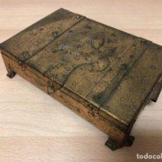 Antigüedades: ANTIGÜO JOYERO EN METAL REPUJADO Y POLICROMADO EN PAN DE ORO .. Lote 160871534