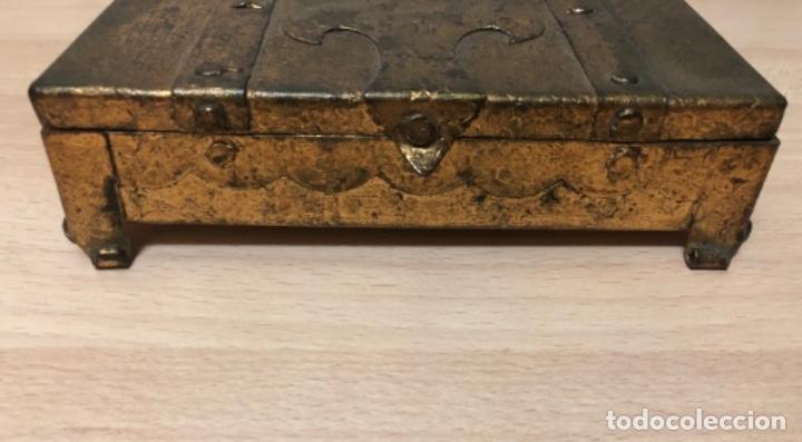 Antigüedades: ANTIGÜO JOYERO EN METAL REPUJADO Y POLICROMADO EN PAN DE ORO . - Foto 3 - 160871534