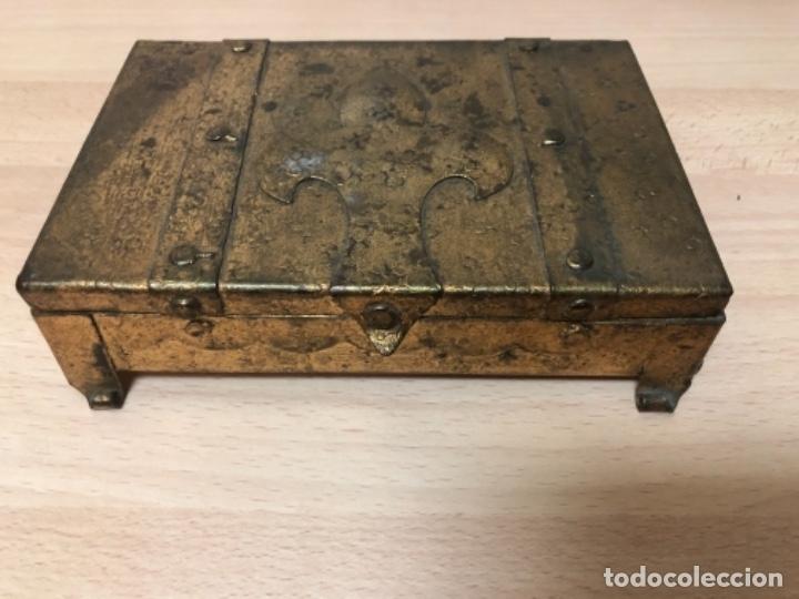 Antigüedades: ANTIGÜO JOYERO EN METAL REPUJADO Y POLICROMADO EN PAN DE ORO . - Foto 4 - 160871534