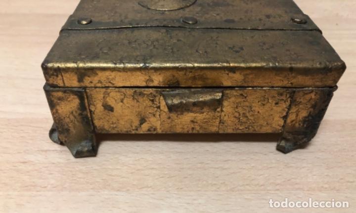 Antigüedades: ANTIGÜO JOYERO EN METAL REPUJADO Y POLICROMADO EN PAN DE ORO . - Foto 5 - 160871534