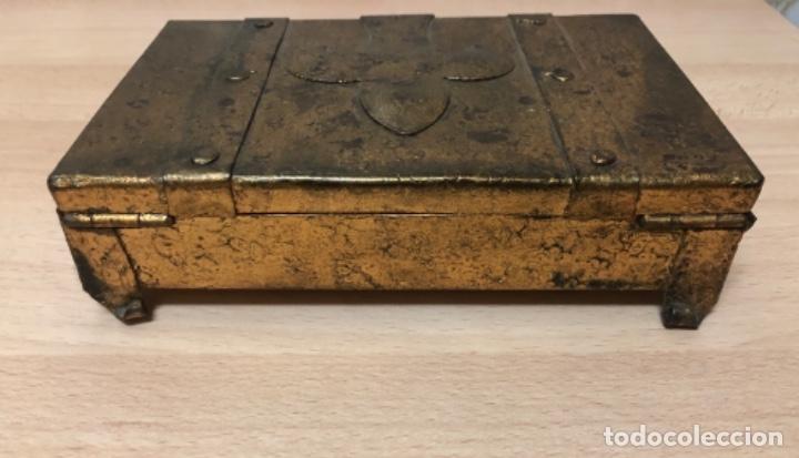 Antigüedades: ANTIGÜO JOYERO EN METAL REPUJADO Y POLICROMADO EN PAN DE ORO . - Foto 6 - 160871534