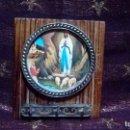 Antigüedades: ADORNO RELIGIOSO *CUELGALLAVES* CON IMAGEN DE LA VIRGEN DE LOURDES.. Lote 160895642