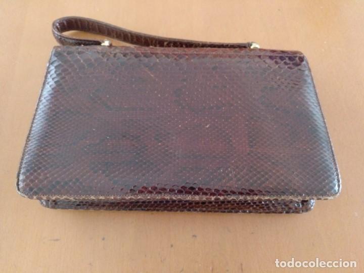Antigüedades: BOLSO DE FUELLE DE PIEL DE SERPIENTE COLOR NEGRO. 27 X 18 X 7 CM (APROX) - Foto 3 - 160926418