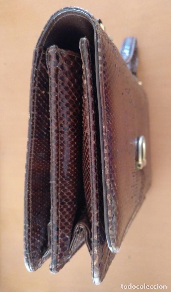 Antigüedades: BOLSO DE FUELLE DE PIEL DE SERPIENTE COLOR NEGRO. 27 X 18 X 7 CM (APROX) - Foto 7 - 160926418