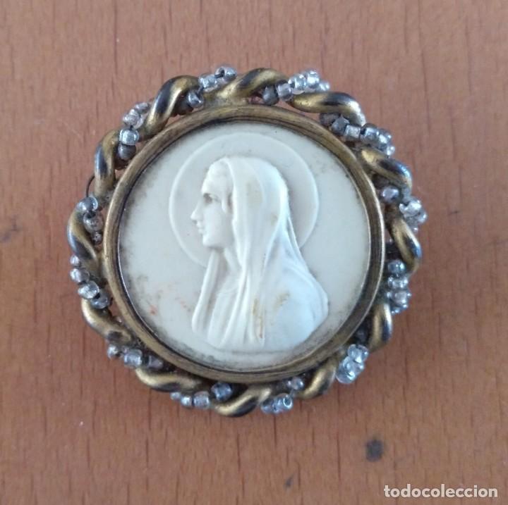 MEDALLA ANTIGUA VIRGEN DE BAQUELITA Y METAL CON AGUJA. DIAMETRO 3,5 CM (APROX) (Antigüedades - Religiosas - Medallas Antiguas)