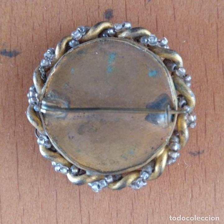 Antigüedades: MEDALLA ANTIGUA VIRGEN DE BAQUELITA Y METAL CON AGUJA. DIAMETRO 3,5 CM (APROX) - Foto 2 - 160935522